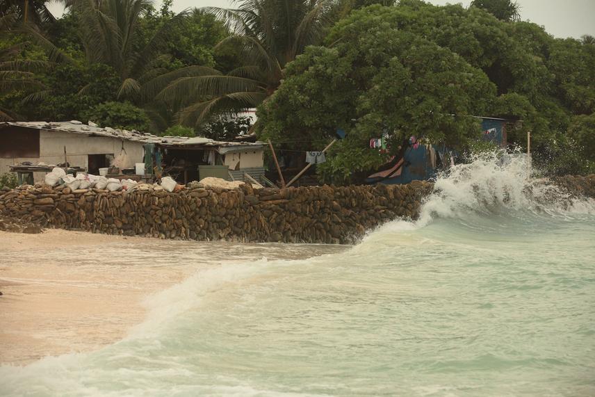 Sajnos azonban a víz nem csupán fenyegeti a lakosságot: 1999-ben két szigetet teljesen be is kebelezett a tenger, a helyi lakosságot ki kellett menekíteni a területről, de a többi szigeten élők is felkészültek a legrosszabbra.