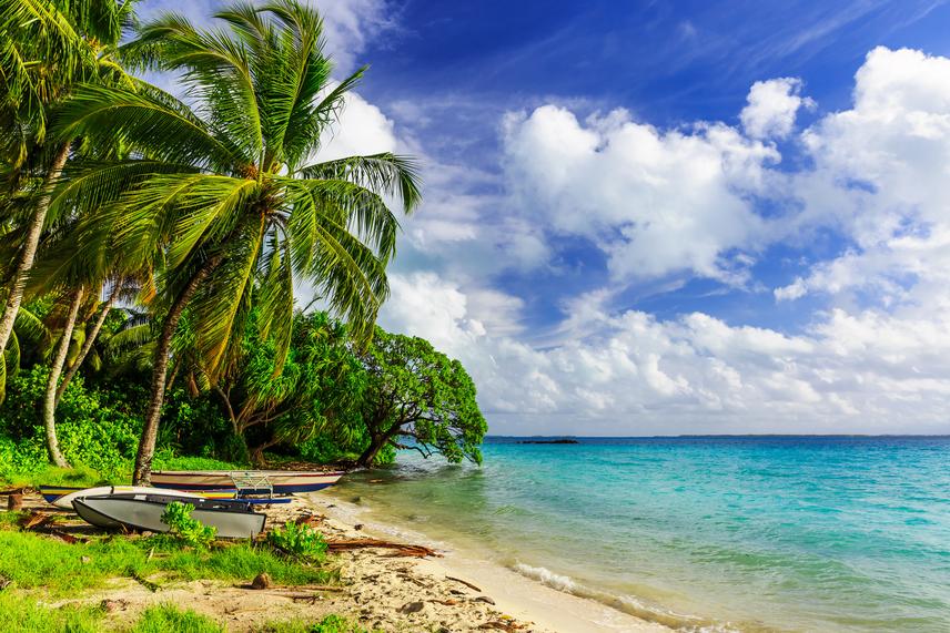 Kiribati érdekessége volt, hogy 1995 előtt a szigetcsoportot átszelte a dátumválasztó vonal, azóta azonban mellette halad el. Mára pedig fény derült arra, hogy az idő végleg ellenük dolgozik. A gyönyörű trópusi szigetek többsége csak két-három méterre emelkedik ki a tengerből, a vízszint emelkedése ezért az ott élők számára végzetes lehet.