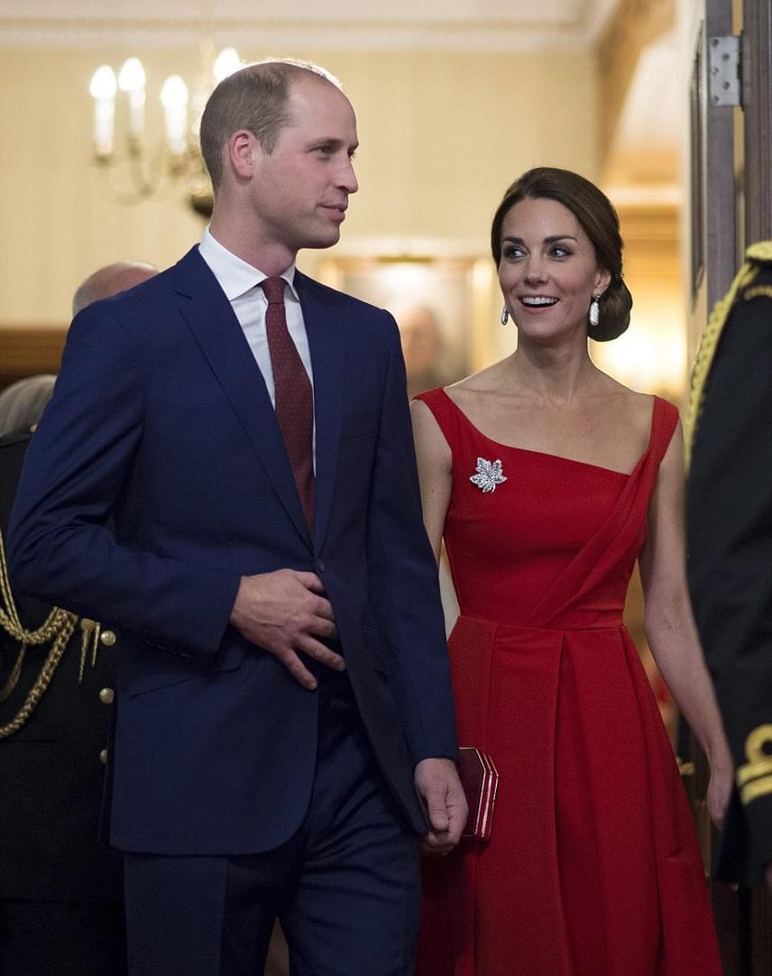 Igazán remek párt alkotnak Vilmos herceggel, aki szintén csempészett egy kis pirosas színt az öltözékébe egy bordó nyakkendővel.