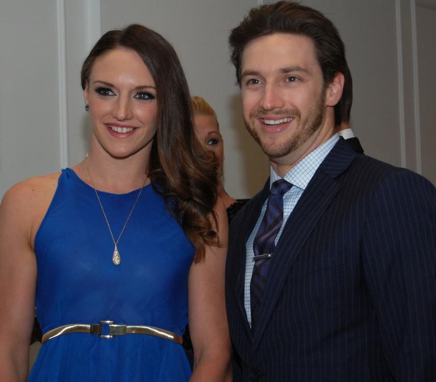 A 2015-ös Story-gálán estélyibe bújva ragyogott férje, Shane oldalán.