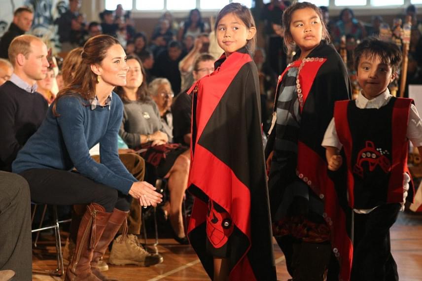 A törzs gyermekei még egy kis táncos bemutatóval is készültek a hercegi pár számára. Katalin hercegné láthatóan remekül érezte magát közöttük.
