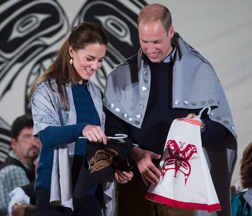 Katalin hercegnét és férjét szívesen fogadták a környékbeli indián falucskában is - még ajándékokat is kaptak a törzs tagjaitól: néhány kézzel készített sálat, és mellénykéket a gyerekek számára.