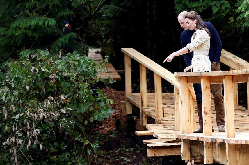 A hercegné észrevett valamit a bokrok alatt. Minden bizonnyal egy őshonos kisállatra próbálja férje figyelmét felhívni.