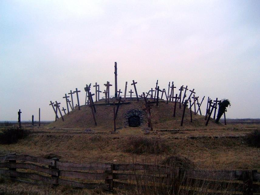 A muhi vereségben elesett magyar harcosok emlékére épült fel ez a fakeresztekkel teli, jelképes sírhalom Vadász György és Kiss Sándor tervei alapján 1991-ben.