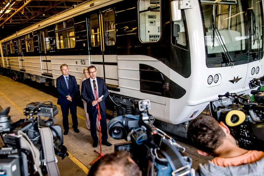 Bolla Tibor elmondása szerint a következő hónapokban két újabb szerelvény érkezik Budapestre, majd havi két újabb szerelvényt szállíthat le az orosz gyártó. A metrók eredeti gyártója, a Metrowagonmash újítja fel a 222 kocsit 219 millió euróért - vagyis közel 68 milliárd forintért -, az utolsó szerelvény 2018 második felében érkezhet meg Budapestre.