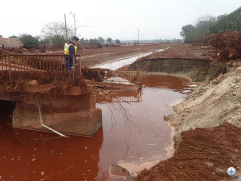 Híd sincs már a zavaros víz fölött