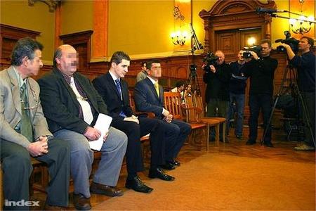 2004-ben a bíróság előtt