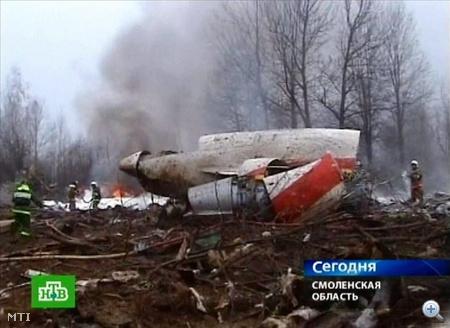 A gép leszállás közben letarolta a fák tetejét, megbillent, majd a becsapódáskor darabokra tört