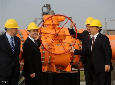 Hernádi Zsolt, a Mol Nyrt. elnök-vezérigazgatója, Emil Boc román miniszterelnök, Günter Oettinger EU biztos és Orbán Viktor miniszterelnök