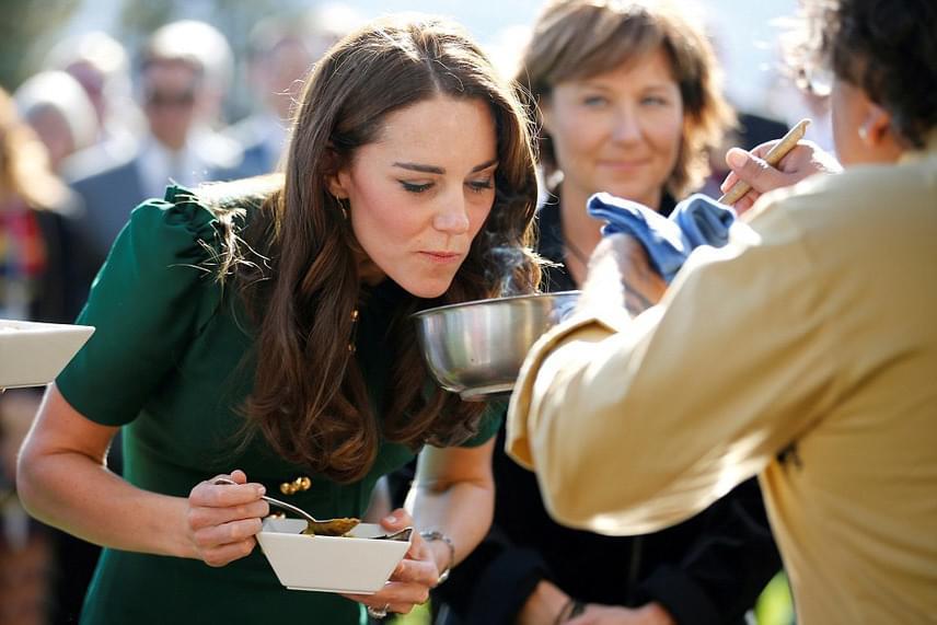 Katalin hercegnét szinte még soha nem láthattuk enni, most azonban megkóstolta az egyetem híres zöld curryjét.