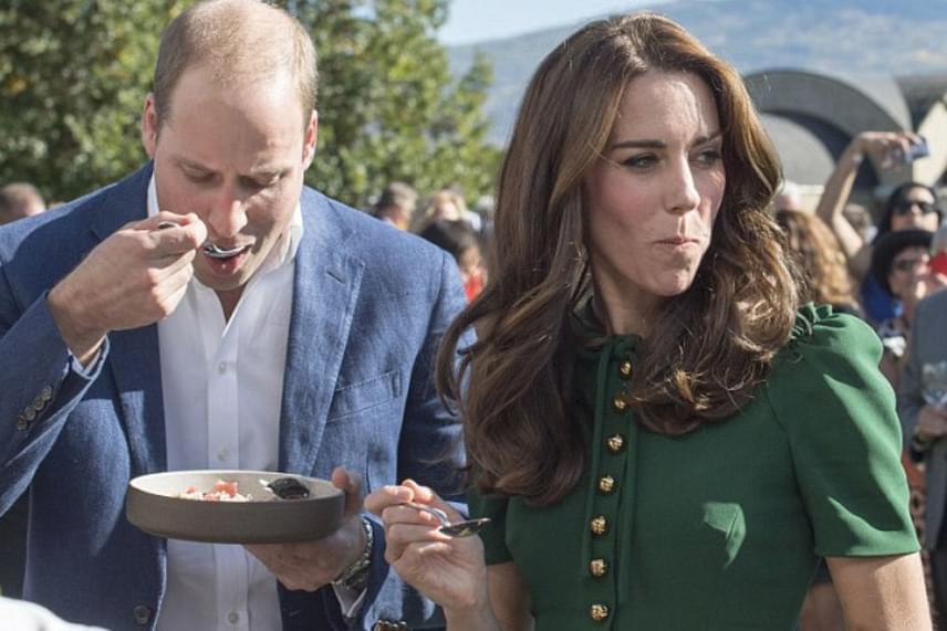 A hercegi pár éppen a kanadai geoduck kagylót kóstolta meg, Katalin hercegnének azonban - ahogy látható - nem nyerte el a tetszését.