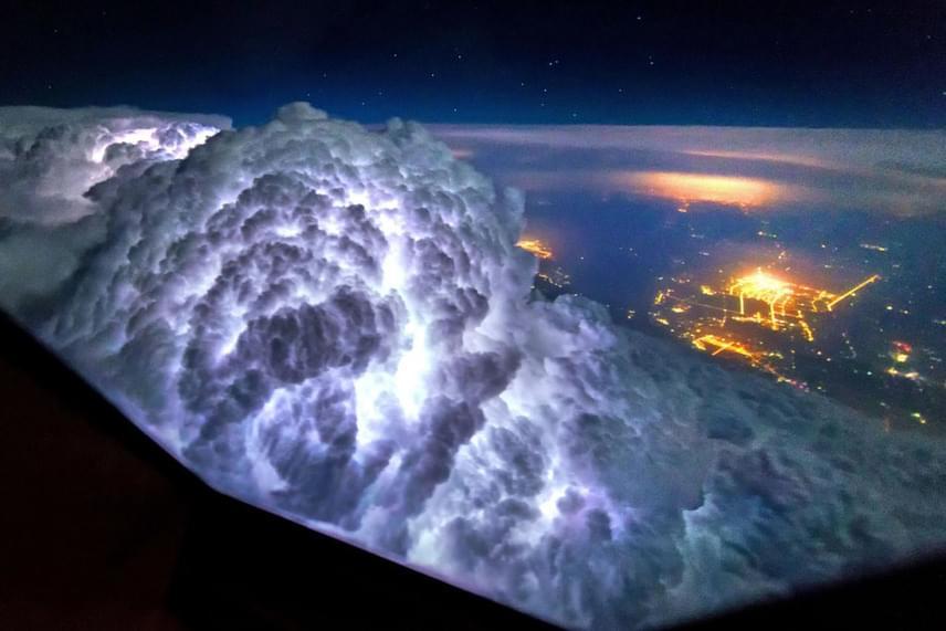 Így néz ki kilencezer méter magasból, amikor a földön tombol a vihar: szinte kartávolságra vannak a felhők és a villámok.