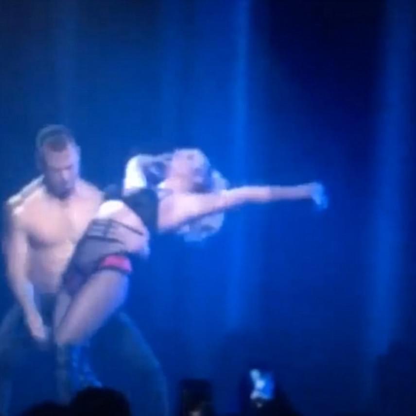 Végül a jóképű táncos nemes egyszerűséggel visszacsúsztatta az énekesnőt álló helyzetbe, azonban már késő volt: elárasztották a Twittert az üzenetek a félresikerült mozdulatról.