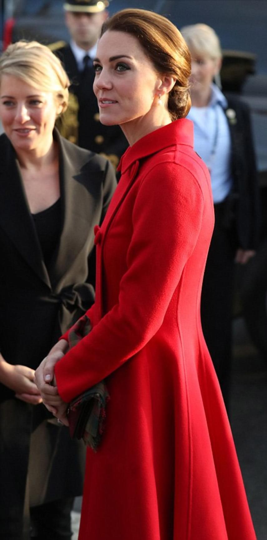 Katalin hercegnének fantasztikusan áll a tűzpiros, a rajongók szerint is többször kellene ilyen erőteljes színű ruhákat viselnie.