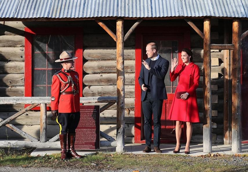 A múzeummá alakított épület is rendkívül bájos, minden egyes részlete végtelenül kanadai: a faelemek, a piros festés és az épület elé állított egyenruhás lovas rendőr is.