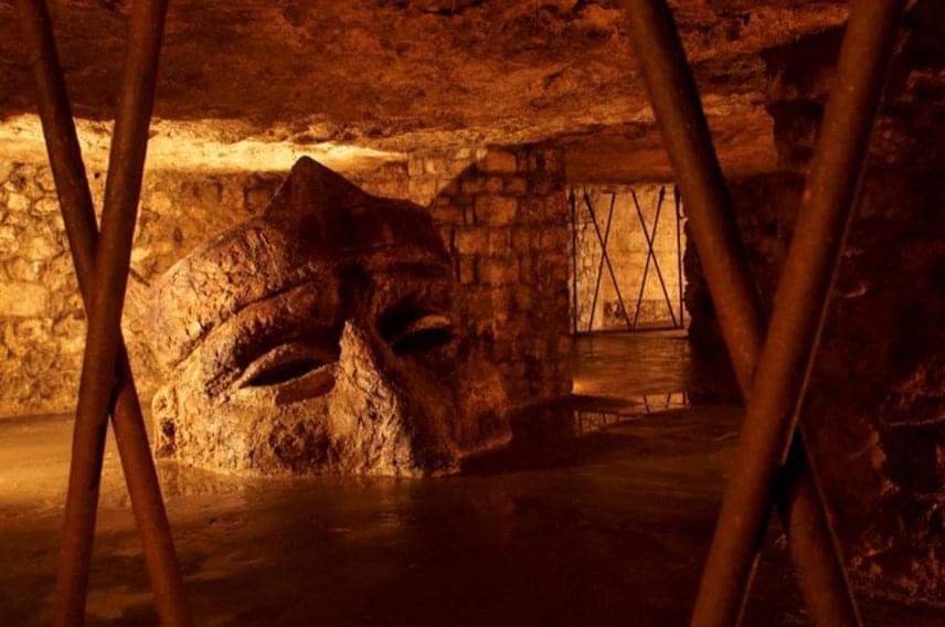 A barlang- és pincerendszer legnagyobb és legnépszerűbb kiállítása a Budavári Labirintus volt évtizedeken keresztül, 2011. évi botrányos bezáratásáig. Az üzemeltetők lecserélését követően nyitotta meg újra kapuit a látogatók előtt.