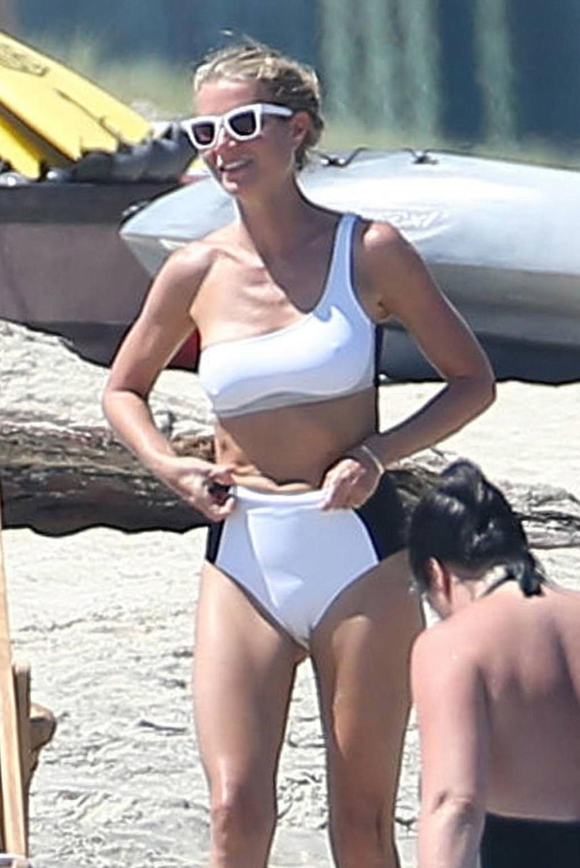 Egy hófehér bikiniben kapták le a lesifotósok a színésznőt. Az áttetsző anyagú fürdődressz nem sokat bíz a fantáziára.