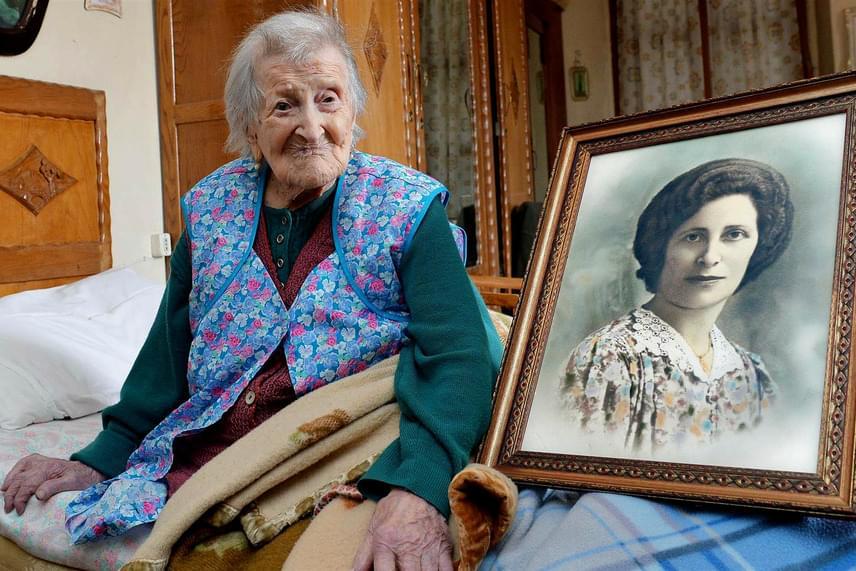 Az olasz Emma Morano jelenleg a legidősebb élő ember, aki még az előző előtti században született, 1899. november 29-én. A hölgy, aki idén a 117 életévét tölti, büszkén mutatja egy régi fotón, milyen szép fiatal nő volt egykor.