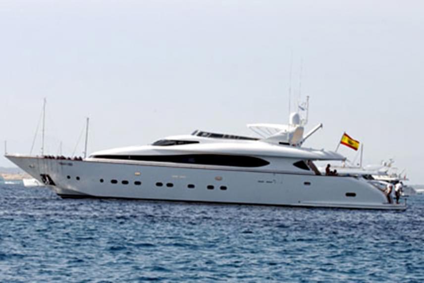 Ortega luxust feltételező vagyontárgyai között előkelő helyen szerepel a Valoria nevű jacht is, melyet nem véletlenül neveznek sokan második otthonának, a milliárdos ugyanis sok időt tölt fedélzetén.