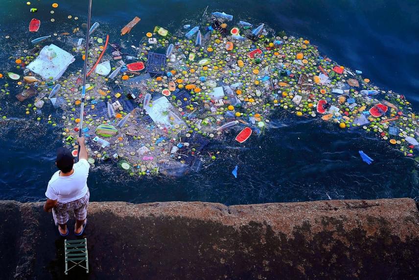 Tegnap készült ez a kép egy libanoni férfiról, aki úszó hulladék mellett horgászik a Földközi-tenger partján.
