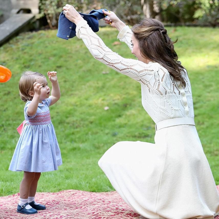 Minden bizonnyal fázott a kislány karja a hűvöskés időben, ezért Katalin hercegné ráadott egy kötött kis pulóvert.