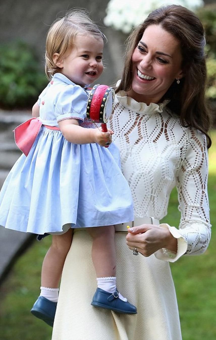 Végül Charlotte egy csörgődobbal játszadozott, amit imádott rázogatni. Édesen mosolyogva szinte kiköpött György herceg.