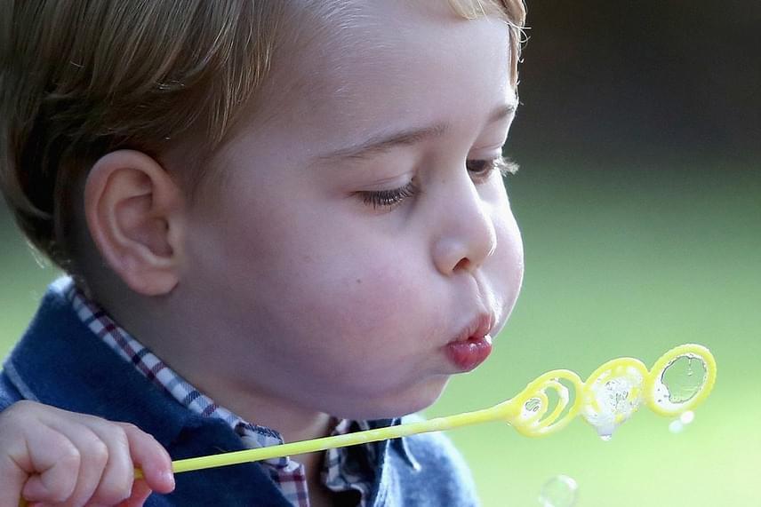 György herceg megmutatta, hogy buborékfújásban is jeleskedik - a kezdeti nehézségek ellenére korán rájött, hogy lehet jó nagy buborékokat csinálni.