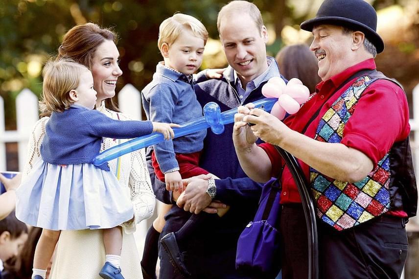 Még egy lufiállatka-készítőt is hívtak a buliba, aki először egy virágot készített el György húgának, Charlotte hercegnőnek.
