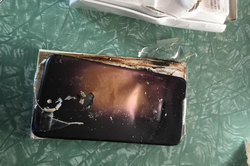 Az Apple egyelőre nem reagált az esetre, de a Reddit-felhasználó reméli, hogy ha cserekészüléket nem is, de legalább a telefon busás árát visszakapja.