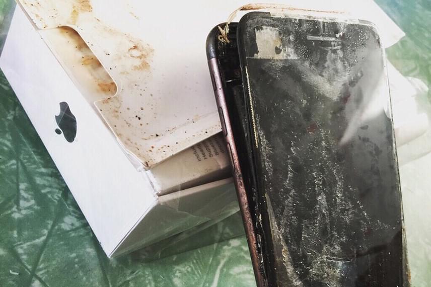 Ilyen állapotban érkezett meg leendő tulajdonosához az iPhone 7 Plus. Több hasonló esetről egyelőre nem tudni, de ez az egy is elég volt ahhoz, hogy azok, akik ugyanilyen okostelefont vettek, pánikba essenek.