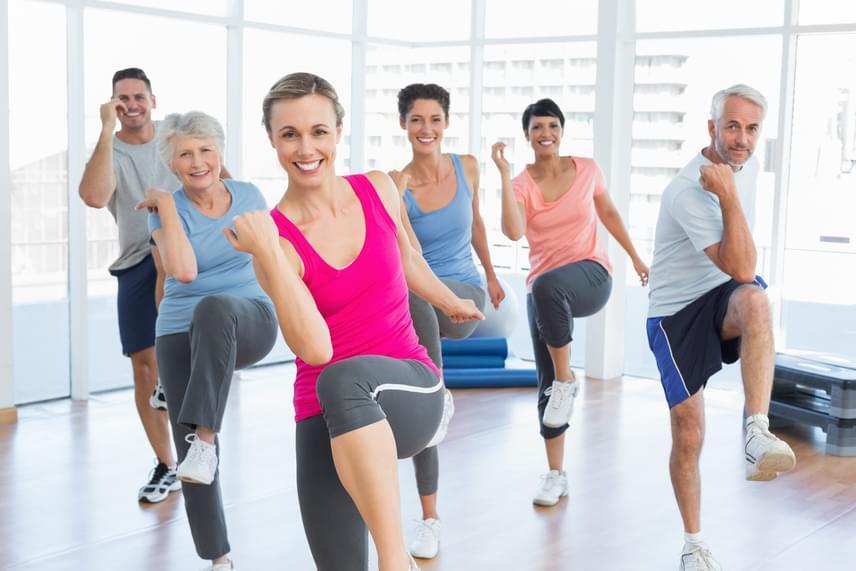 Elsőként állj terpeszbe, ereszd le a karjaidat a tested mellé, majd érintsd meg a jobb könyököddel a felemelt bal térdedet. Végezd ezt a mozgást ütemesen 35 másodpercig, a jobbos és balos érintéseket folyamatosan váltogatva, aztán jöhet az aktív pihenő!