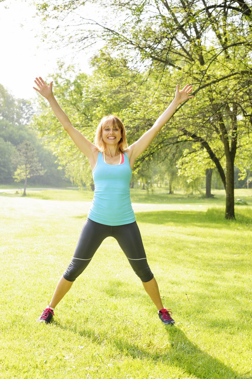 Indítsd a gyakorlatot egyenes tartásban, összezárt lábakkal, úgy, hogy a tested mellé leengeded a kezeidet. Ezt követően egy ütemre ugorj terpeszbe, és oldalt, félkörívben, nyújtva emeld a fejed fölé a karjaidat. A következő ütemre ugorj vissza az alaptartásba. A 35 másodperc leteltével ne feledkezz meg az utolsó tíz másodperc masírozásról vagy kocogásról!