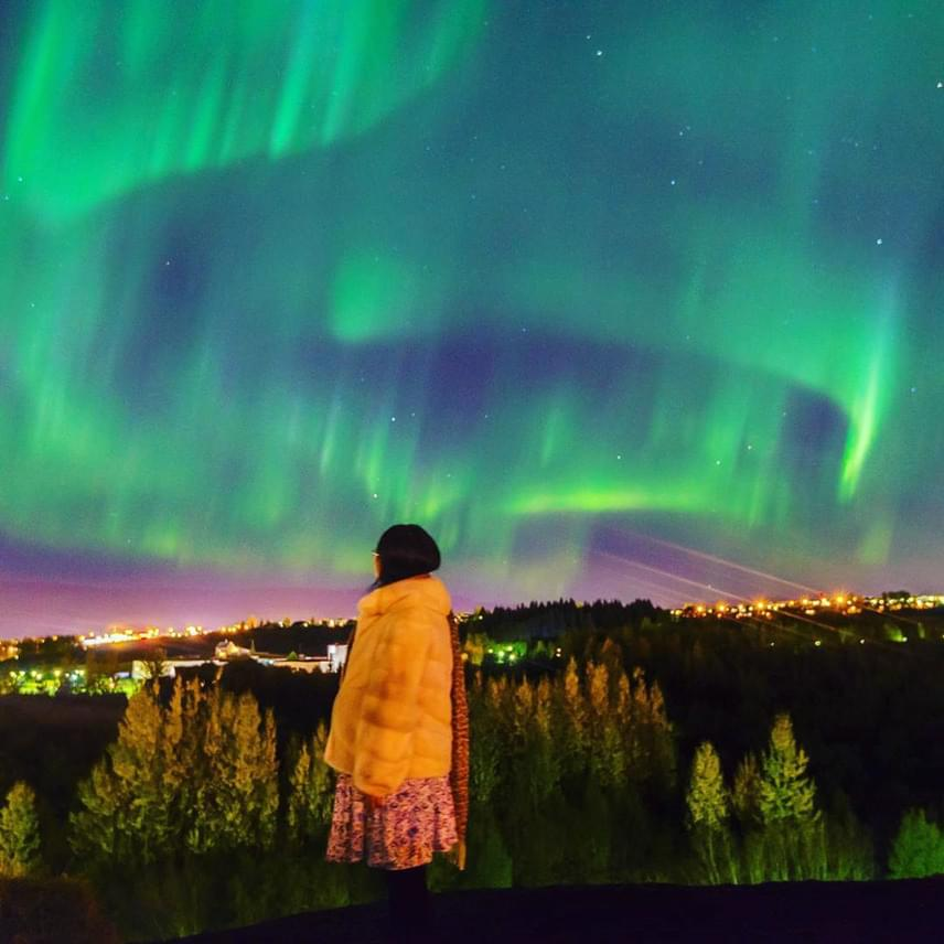 Zöld fénybe borult Reykjavík városa, amikor tegnap este az utcalámpák fényét is túlragyogta az aurora borealis.