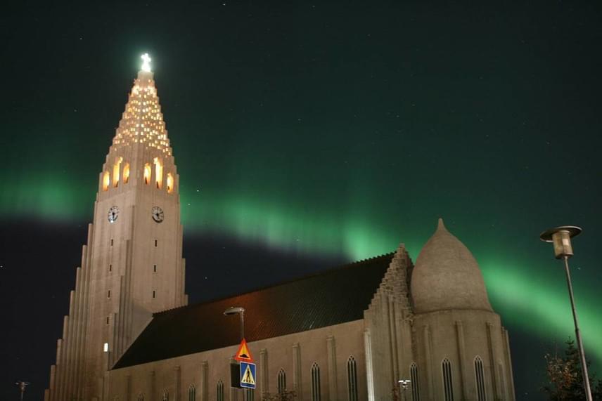 Festeni sem lehetett volna szebbet, mint ez a templom a mögötte szivárványként húzódó sarki fénnyel.