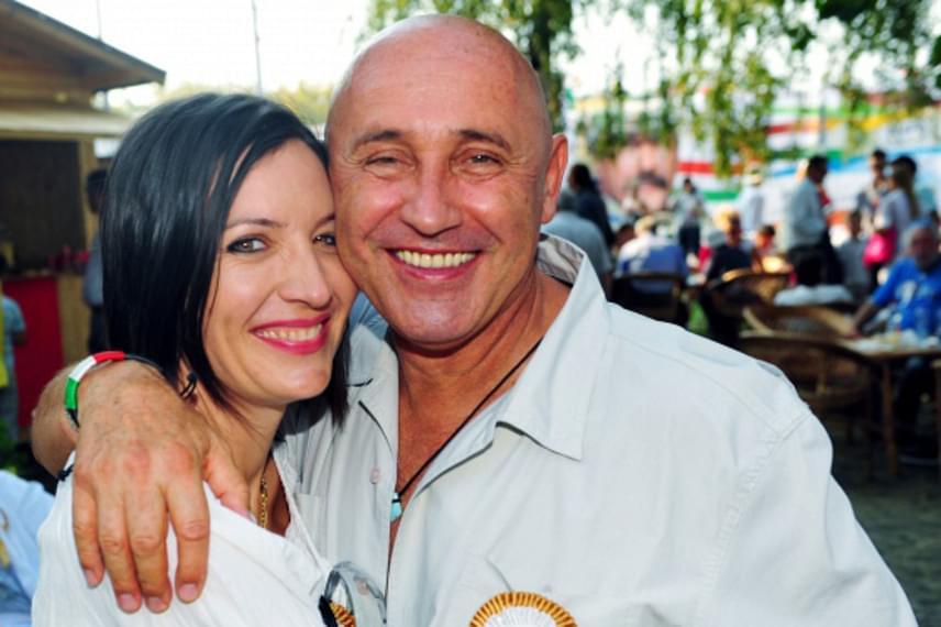 Pataky Attila 28 évvel fiatalabb feleségével, Orsival 2009 óta van együtt, két éve már házasok is. A zenész két sikertelen házasságon van túl.