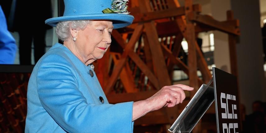 A királynő státusza megköveteli, hogy mentálisan mindig fitt legyen, ami az orvosok szerint egyértelműen kihat a fizikai állapotra is. A találkozók, események miatt állandóan naprakésznek kell lennie, emellett a modern technológiát sem tartja ördögtől valónak, azt beszélik például, unokáival e-maileket is váltanak. A képen egy kiállítást nyit meg Twitter-üzenet formájában.