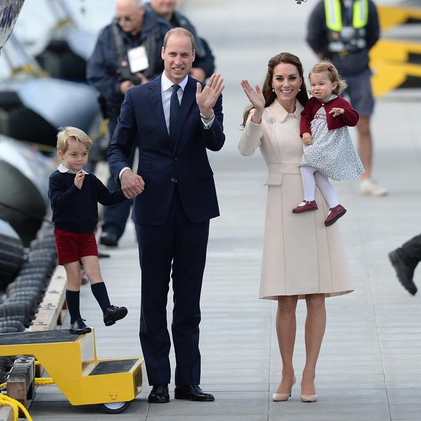 György herceg figyelmét nem sokáig kötötte le az integetés - a repülőgépek valahogy jobban érdekelték a huncut kisfiút.