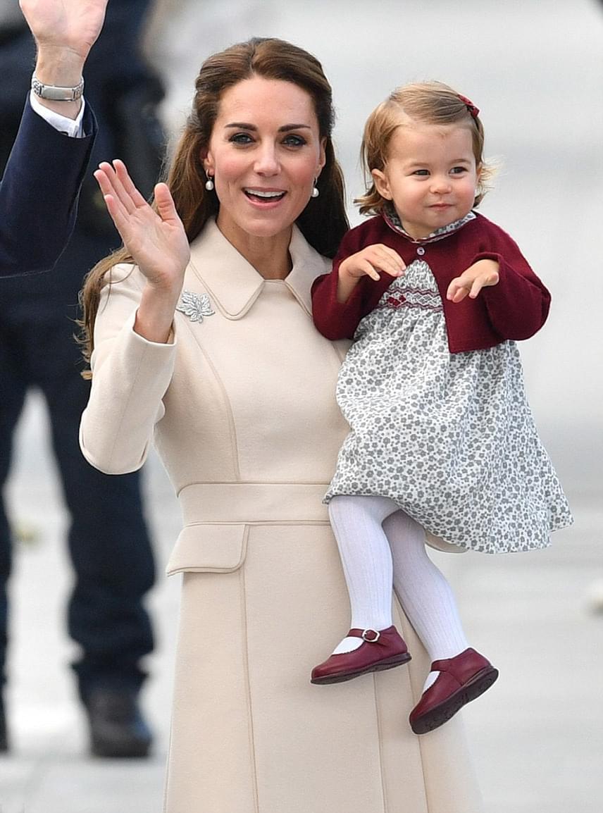 Charlotte hercegnő nevetgélve integetett az embereknek, akik kikísérték őket a reptérre, hogy elbúcsúzzanak a hercegi család minden tagjától.