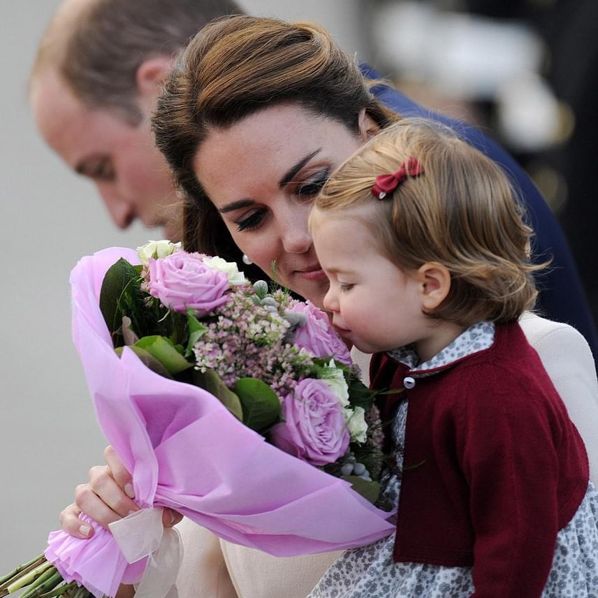 Katalin hercegnő egy nagy csokor virágot is kapott, ami Charlotte-ot jobban érdekelte. Percekig szagolta a rózsaszín rózsákat.