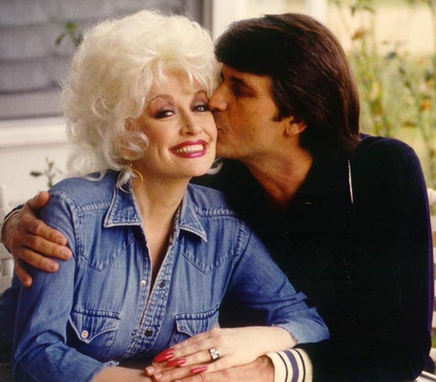 """Dolly Parton 1966-ban ismerkedett meg Carl Thomas Deannel, akinek azóta is a felesége. Évek óta rebesgetik, hogy a legendás countryénekesnő nyílt házasságban él férjével, aki inkább szeret otthon lenni, míg felesége turnézik. """"Ha megcsaljuk egymást, nem tudunk róla. Ha tényleg megcsaljuk egymást, akkor az mindkettőnknek jót tesz"""", nyilatkozta sejtelmesen Dolly Parton."""