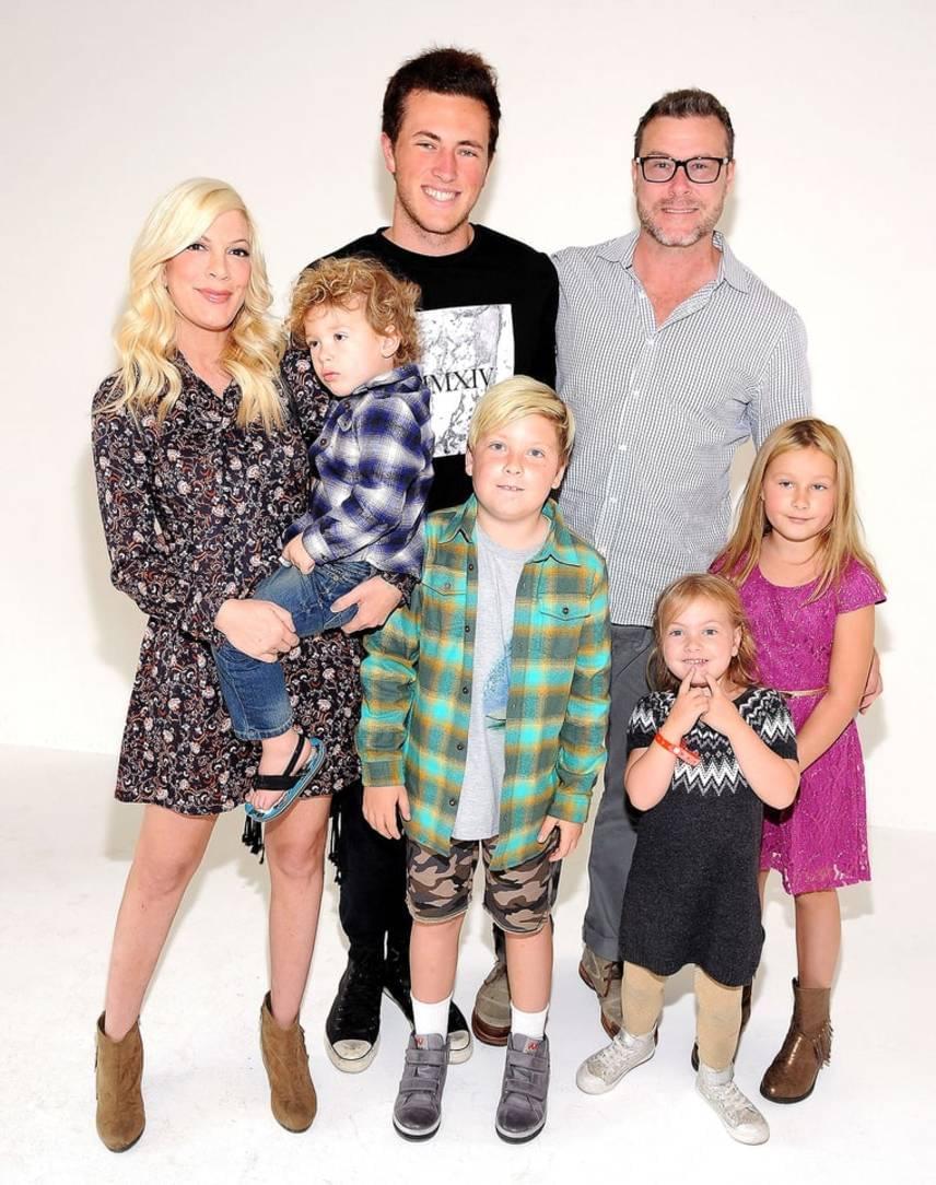 Tori Spelling és Dean McDermott gyermekeivel: a kilencéves Liammel, a nyolcéves Stellával, az ötéves Hattie-vel és a négyéves Finnel. Az ötödik baba érkezése jövőre várható, Dean McDermottnak pedig van már egy 18 éves fia előző házasságából.