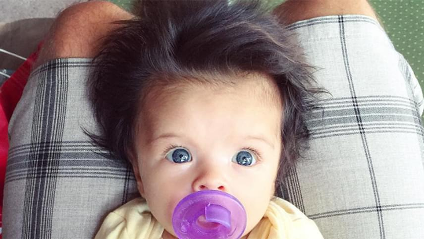 Dús, sötét hajkorona és hatalmas, kék szemek - elolvad, aki csak ránéz erre a szép babára.
