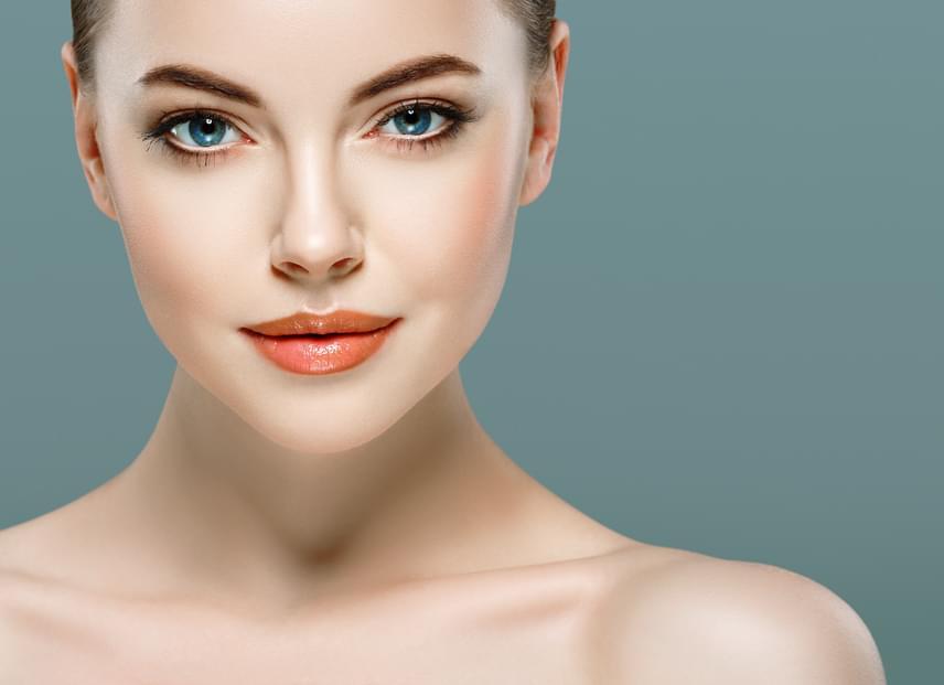 Mustársárga helyett válaszd a lazacszínt, ami élénkíti az egész arcot. Finoman alkalmazva ragyogóvá teszi az arcbőrt, és hatalmasra nyitja a szemeket is.