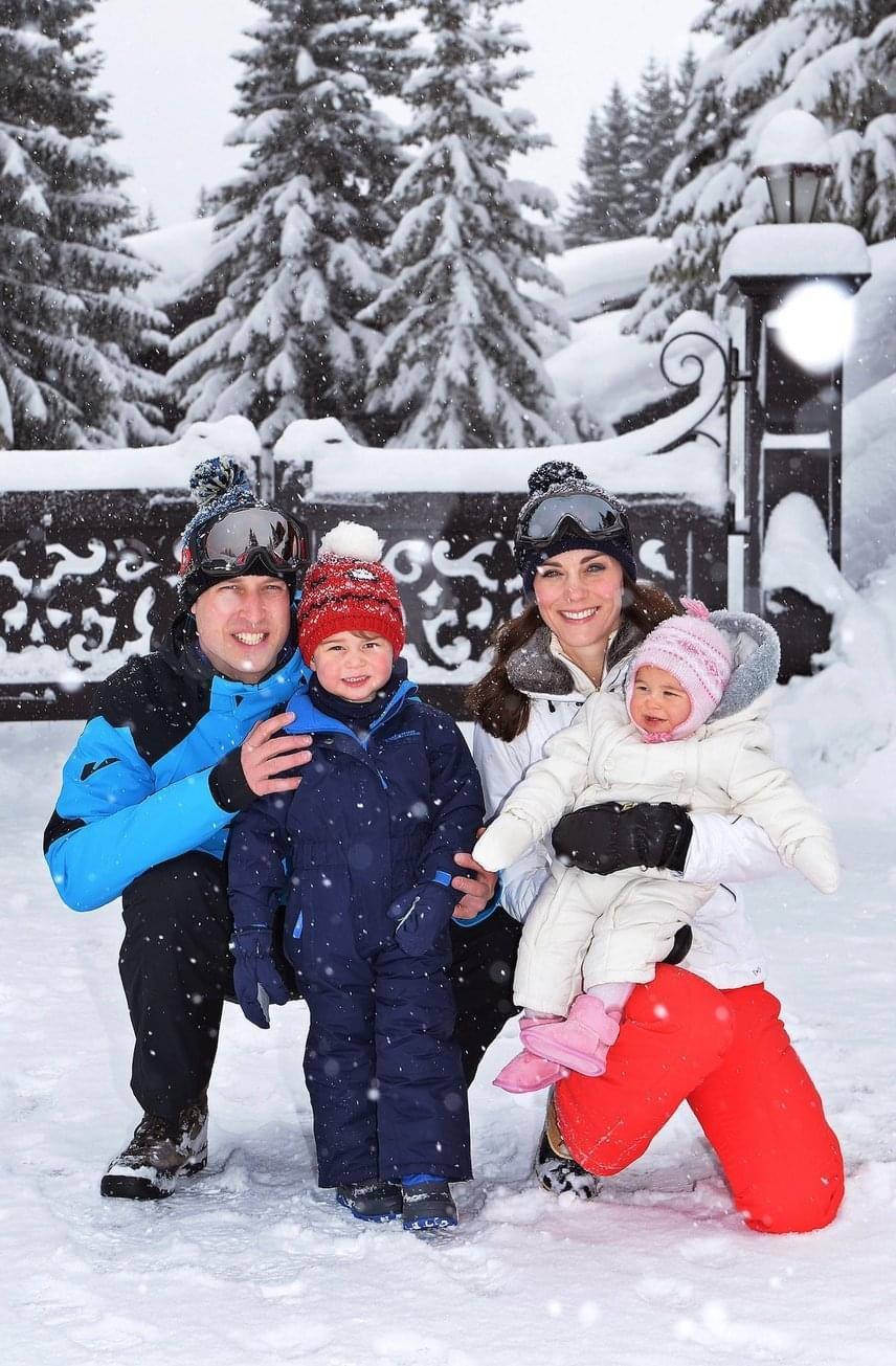 György herceg és a kis Charlotte nem ijednek meg egy kis havazástól, a 2016 márciusában készült fotó tanúsága szerint nagyon jól érezték magukat szüleikkel a francia Alpokban.