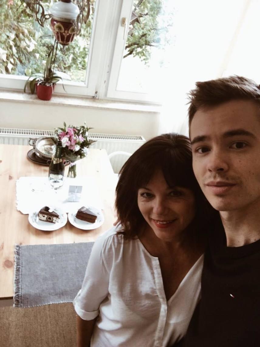 Vágási Jutka megformálójának, Ivancsics Ilonának egy fia született, a 26 éves Bence Londonban dolgozik fotográfusként. Az Almát alakító Fehér Annának is egy fia van, 53 évesen, 2011 nyarán adott életet Barnabásnak, óvja a nagy nyilvánosságtól.