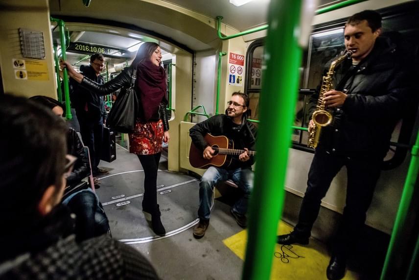 A tegnap koncertező Zűrös Banda csak három éve alakult, de a tagok jól ismert zenészek a hazai színtér együtteseiből. Modern balkáni zenét játszanak. A Babra szintén a délszláv hagyományokat ápolja, többszólamú énekkel és a tamburával.