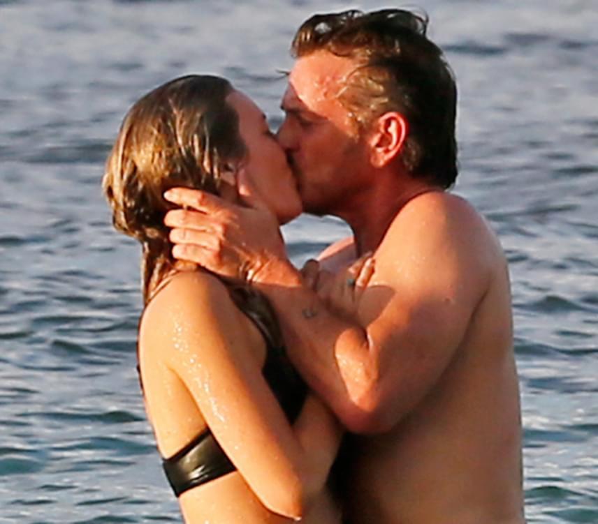 Az újdonsült szerelmespár Oahunál az óceán vizében turbékolt, miközben a lesifotósoknak sikerült őket lencsevégre kapniuk. Sean Penn előző kedvese Charlize Theron volt, aki 2015 júniusában szakított a színésszel.