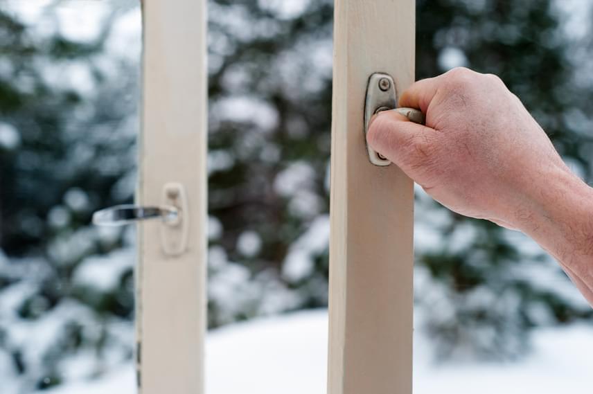 Ha igazán hatékony és költségkímélő megoldást keresel télre, akkor a gyors és intenzív szellőztetést kell választanod. Nyisd ki teljesen az ablakokat, akár kereszthuzatot is csinálhatsz. Az ablakot egy rövid ideig, néhány percig - mondjuk öt - kell csak nyitva tartanod, ennek köszönhetően nem hűlnek majd le a falak és a berendezés, így pedig könnyen visszamelegszik majd a lakás is.