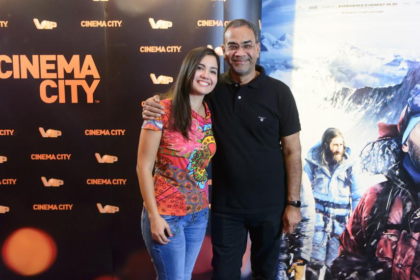 Joshi Bharatot az Everest című film tavalyi premierjére kisebbik lánya, a joghallgató Shila kísérte el. A fotósok nem győztek csodálkozni, milyen nagylánya van a népszerű tévésnek.