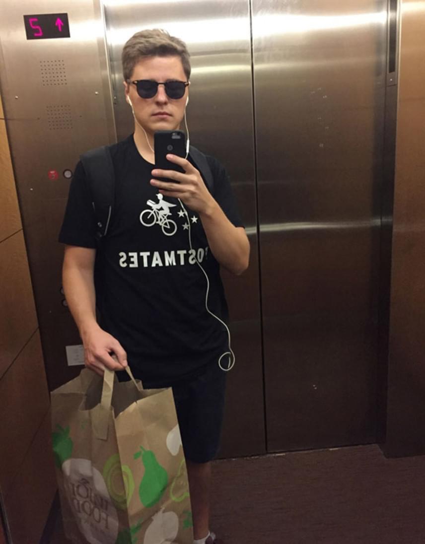 A futárnak öltözött Lukas Litvániából költözött San Franciscóba, hogy megvalósítsa az álmát, és marketinges legyen egy menő cégnél. Szerintünk jó úton halad.